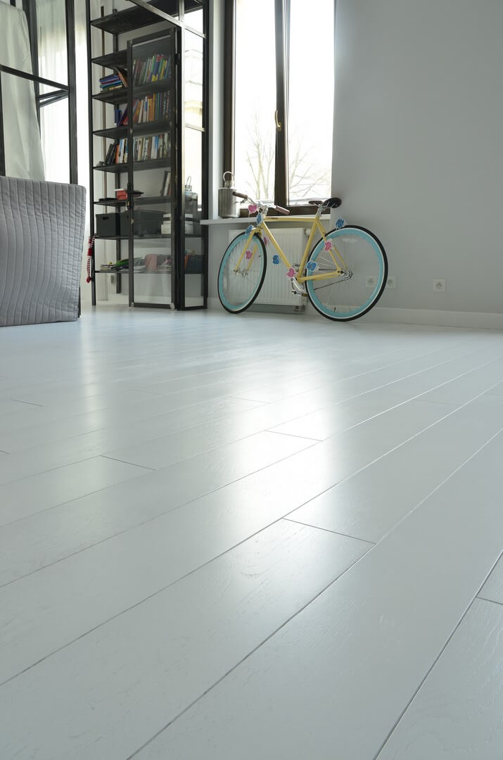 Drewniania podłoga lakierowana – jej zalety, wady i cechy charakterystyczne