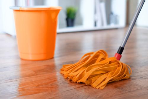 Podłoga lakierowana – jak ją pielęgnować i utrzymać w dobrym stanie przez lata?
