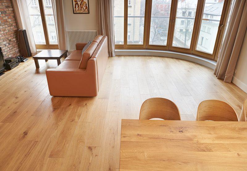 Deska podłogowa dębowa to idealny wybór do Twojego domu, restauracji czy hotelu