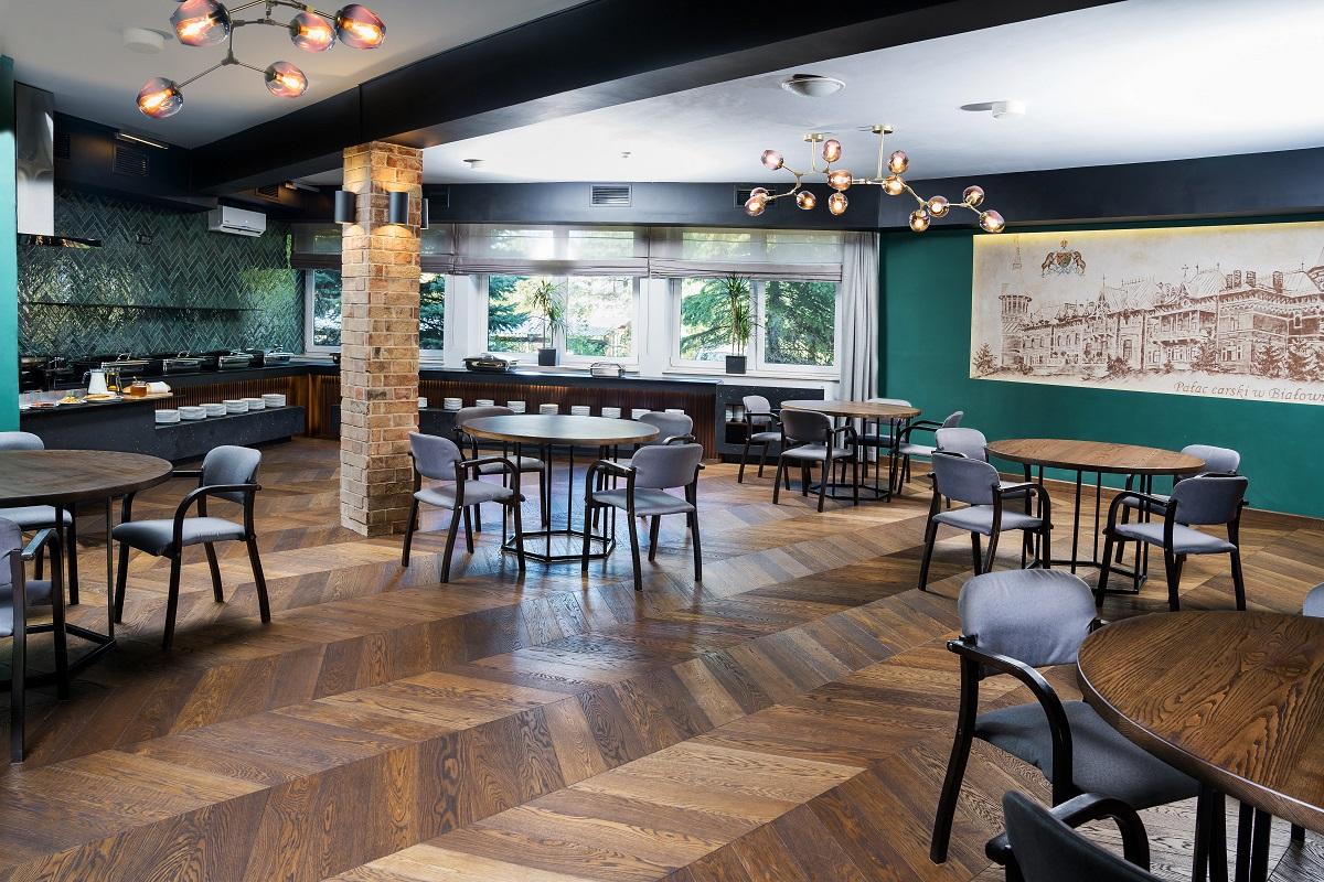 Drewniana dębowa podłoga z Hajnówki odmieniła Hotel Białowieski. Zjawiskowy projekt młodych architektów