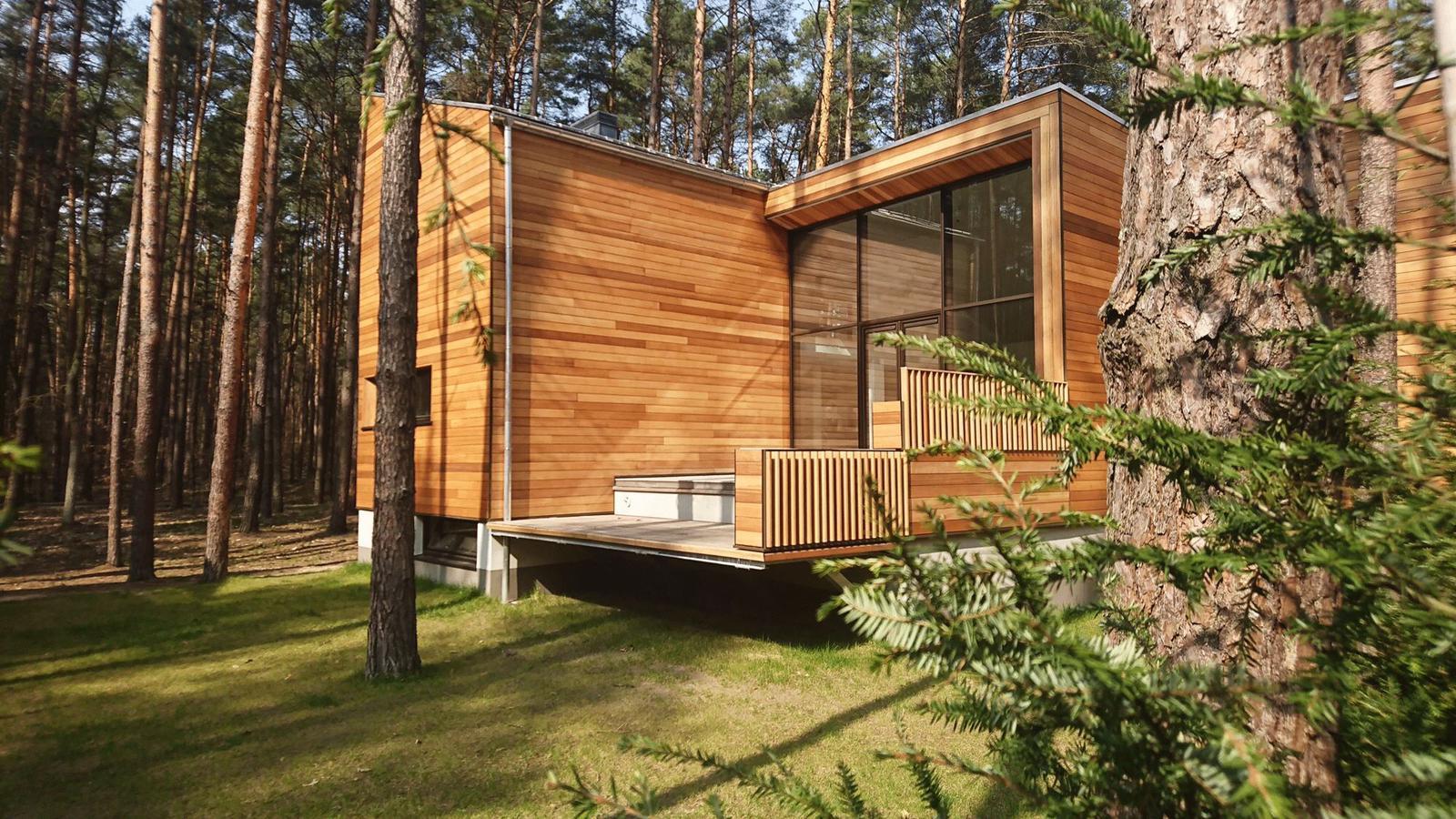 Styl japandi w domu gwiazdy TVN. Dębowa drewniana podłoga, ratan, bambus i kolory ziemi